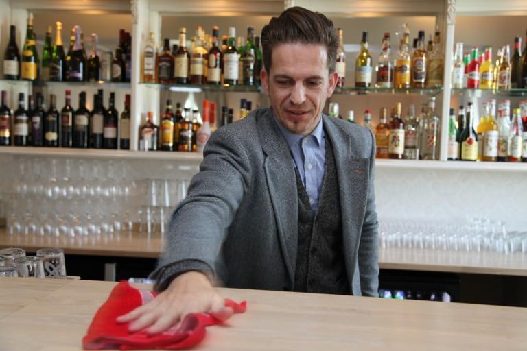 SISTE FINPUSS: En helt ny bar er å finne i røkestua på den gamle offisersmessa. Restaurantsjef Espen Hedel foretar den siste finpussen.